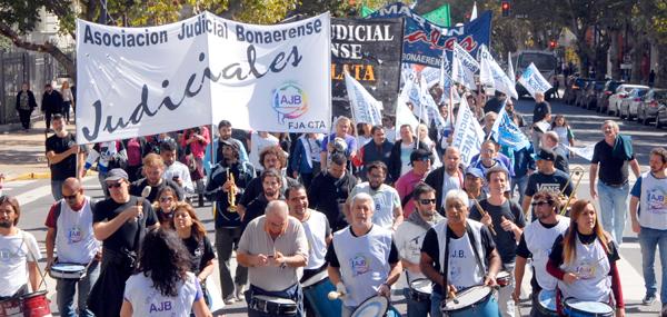 Movilizados por salarios y contra descuentos